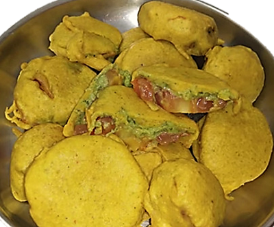 Generally, pakoda/ Pakora/Bhajoya/Bhajiya is made with onion, Potato, Yami, Ajwain leaves, Poi leaves but tomato pakora is than an exclusive dish. Mostly popular in the Surat city region of Gujarat, particularly at Dumas village tourist point.  Here is the exclusive recipe for Tomato Pakoda for you.