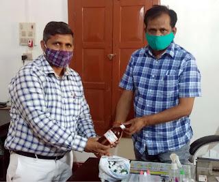 डा. अमरनाथ पाण्डेय ने कोरोना से बचाव के लिये जेलर को दी होमियोपैथिक दवा    #NayaSaberaNetwork