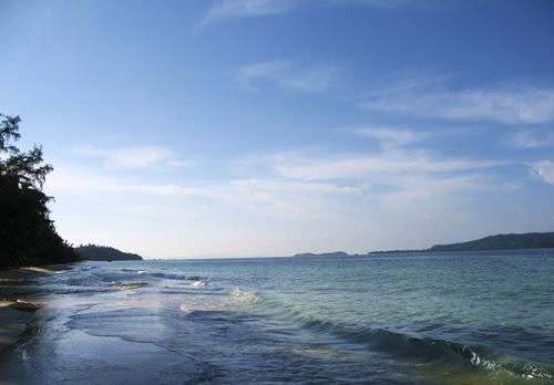 Sóng biển Cô Tô rất nhẹ, tựa như nước hồ.