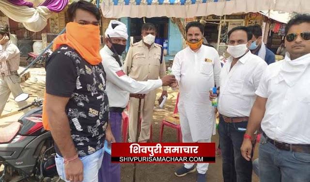 भारतीय जनता युवा मोर्चा ने मोदी के 1 वर्ष पूर्ण होने पर बांटे मास्क और सैनेटाईजर / Shivpuri News