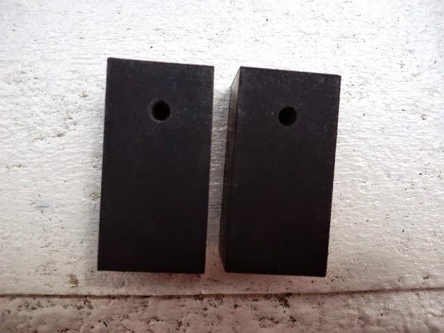 DIYで製作した穴あけ仕様のゴム材の写真です。