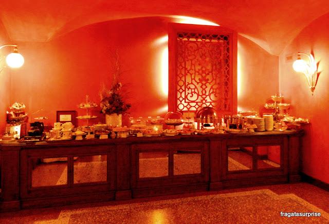 Bufê do café da manhã do Hotel Corona d'Oro, em Bolonha, Itália