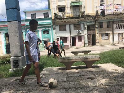 La Habana. Cuba. Niños jugando a la pelota