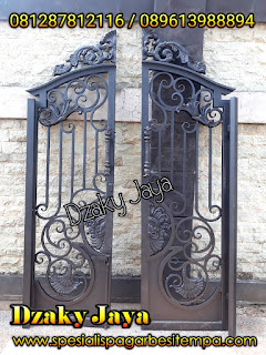 Model Pintu double Besi Tempa warna hitam.