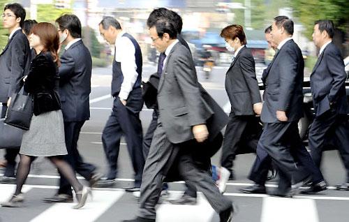 https://i2.wp.com/1.bp.blogspot.com/-KdVNQpTUrWY/Txhjrp_8NlI/AAAAAAAAAdo/nUXQmS7lBRY/s1600/japanese_businessmen.jpg?resize=400%2C254