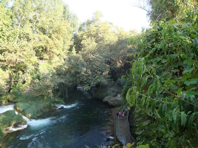 Antalaya Düden Şelalesindeki dere ve şelale yanındaki yürüyüş yolları