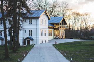 rumah-kayu-bergaya-klasik.jpg