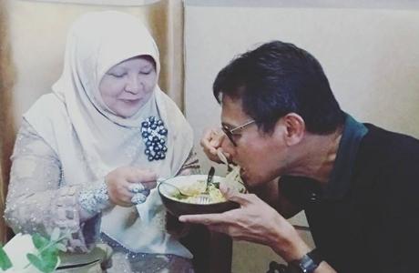 """Pesawat Delay, Gubernur Irwan Unggah Foto """"Makan Mie Rebus Sepiring Berdua Dengan Istri"""""""