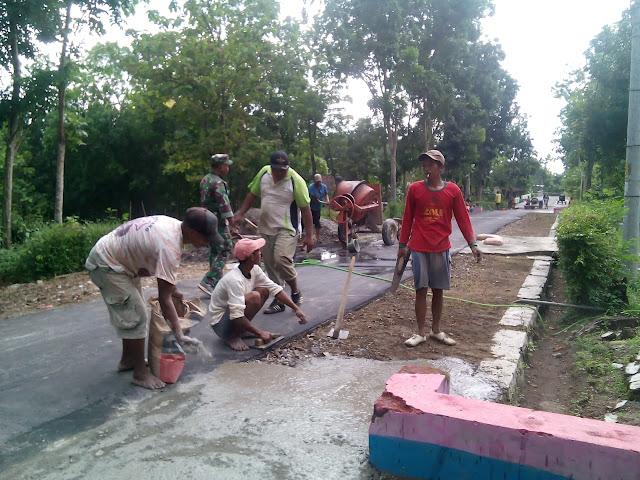 KodimKaranganyar - Gotong Royong Babinsa Bersama Warga Melaksanakan Pengecoran Jalan