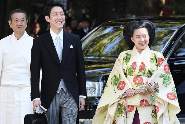 Princess Ayako of Japan got married to commoner Kei Moriya. She wore a large, multiple layered kimono and extravagant molded hair