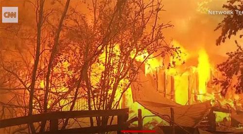 API :  Daerah New South Wales dan Victoria terparah terkena dampak kebakaran Hutan yang  masih terus diupayakan pemadamannya. Foto CNN.COM
