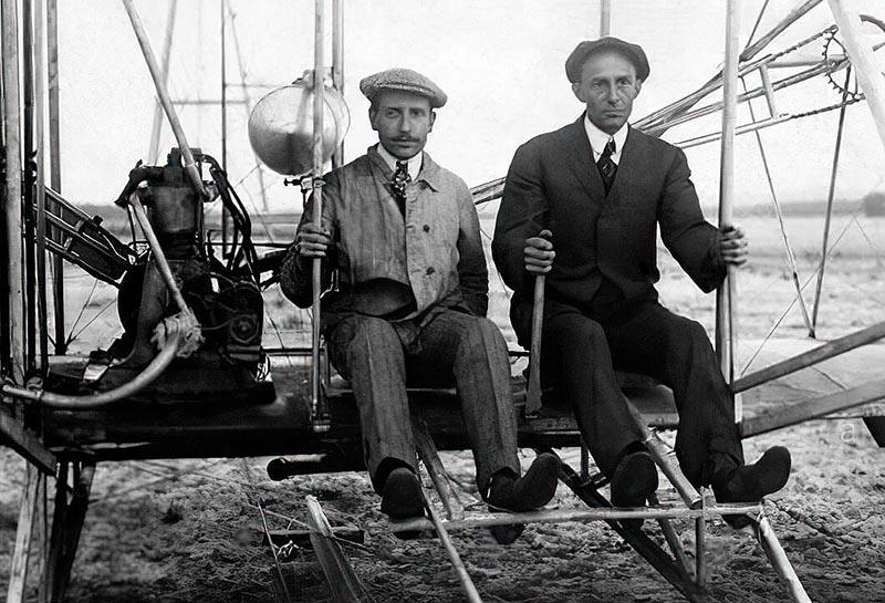 Братья Уилбер и Орвилл Райт на аэроплане