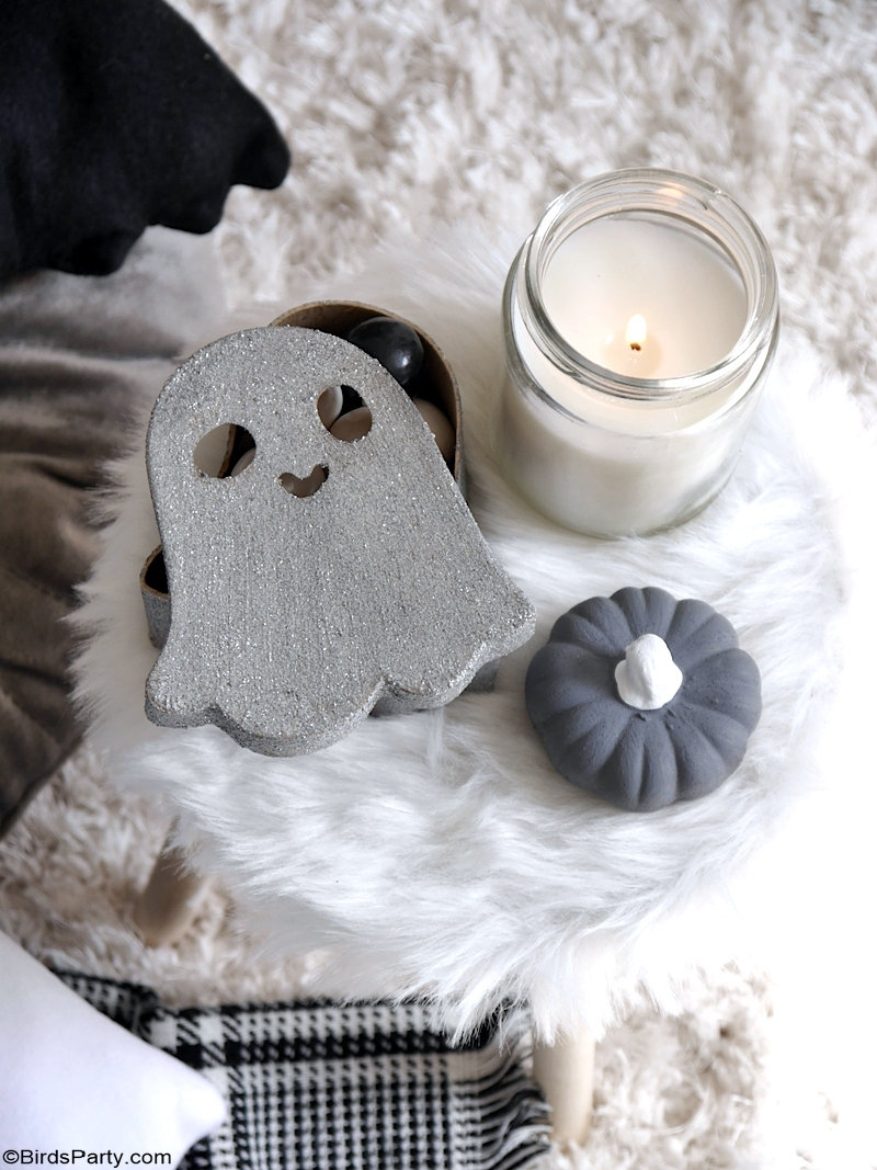 Cute DIY Halloween Throw Pillows - easy Halloween accent pillows to make and decorate your home! It's also a great craft activity to make with kids! by BirdsParty.com @birdsparty #diy #halloween #halloweendecor #halloweencushion #halloweenpillow #cutehalloween #cozyhalloween #halloweencrafts