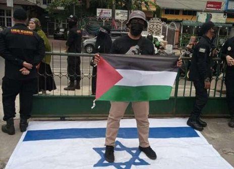 Kecam-Tindakan-Tak-Manusiawi-ke-Rakyat-Palestina-Warga-Medan-Ramai-ramai-Injak-Bendera-Israel
