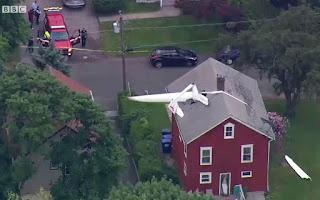 Avião 'invade' sótão de casa nos EUA e piloto é encontrado procurando os óculos