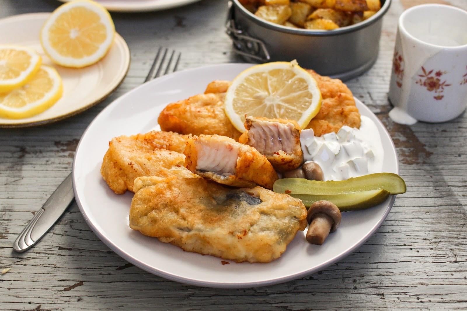 Ryba w cieście piwnym podana z sosem tatarskim i pieczonymi ziemniakami.