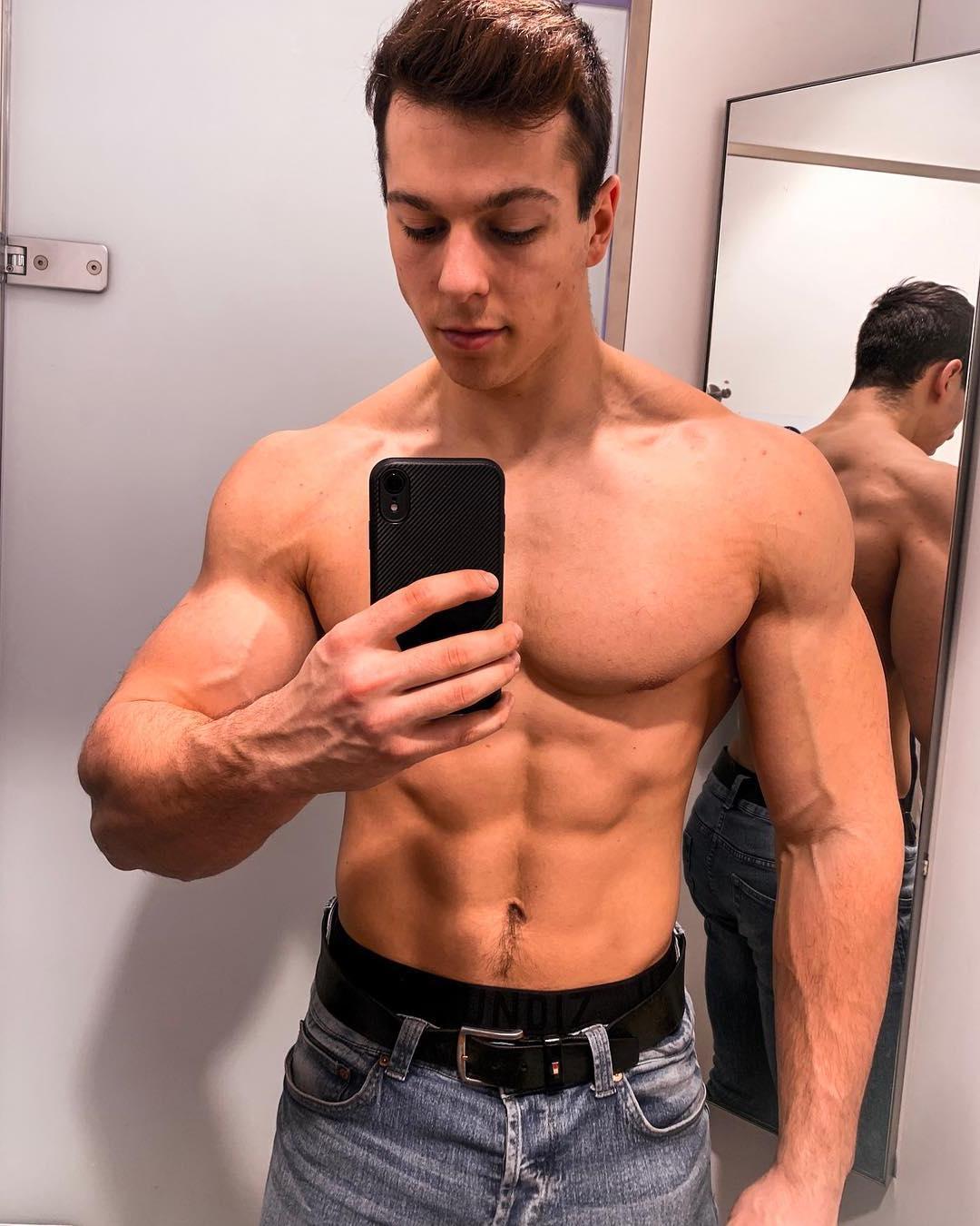 strong-barechest-hunk-paul-unterleitner-jeans-mirror-selfie