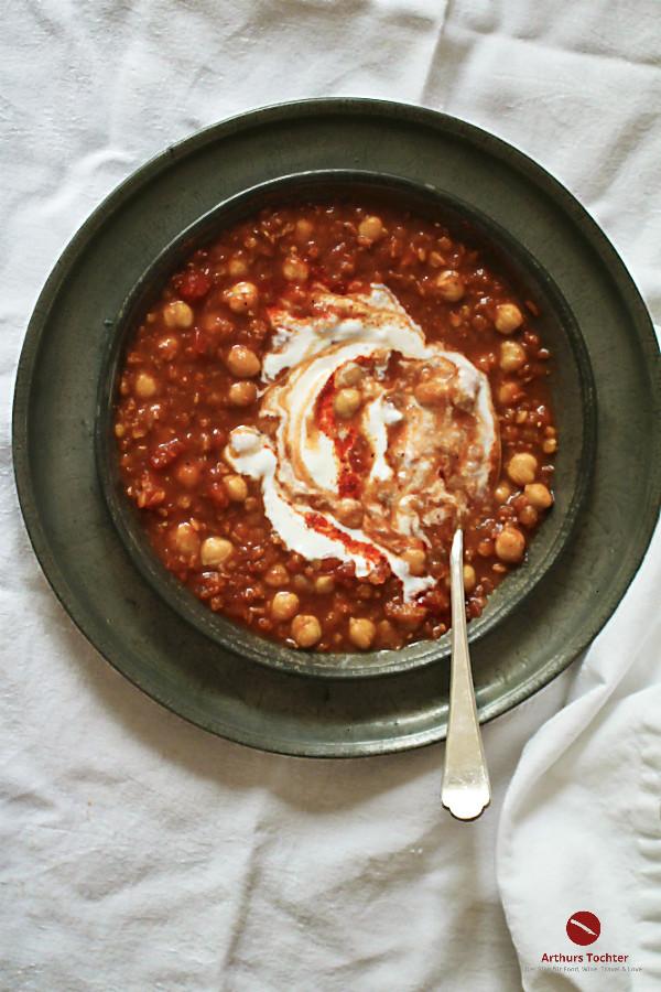 Rezept für köstliche, rote Linsensuppe, vegan, mit Kichererbsen und Joghurt im oriental style like Ottolenghi. Scharf gewürzt mit Ras el Hanout. #orientalisch #kokosmilch #ottolenghi #thermomix #schnell #einfach #gesund #vegan #hülsenfrüchte #linsen #kichererbsen #vegetarisch #indisch #türkisch #kurkuma #raz_el_hanout #arabisch #israel #syrisch #rezepte #afrikanisch #curry #kalorienarm #lowfat #carbs #suppe #zubereiten #eintopf #ofen #kochen #inhaltsstoffe #foodblog