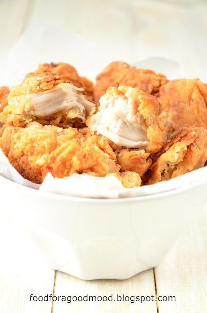 Jeśli fast food, to tylko ten domowy. A jeśli kurczak, to nuggetsy ;) Odpowiednie panierowanie sprawia, że są soczyste w środku i chrupiące na zewnątrz. Do podania z ulubionym sosem. Z autopsji wiadomo, że nie tylko dzieciaki będą zachwycone ;)