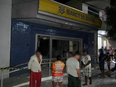 Quadrilha armada ataca a cidade de Reriutaba e explode duas agências bancárias