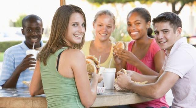 μαύροι άνδρες τρώγοντας μαύρο κορίτσι μουνί