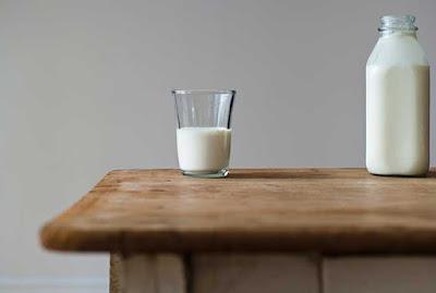 كوب الحليب غني بالبروتين