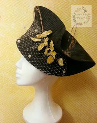 tocado grande para boda con base de paja en color negro y adornos en dorado