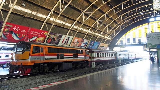 Nhà ga Hua Lamphong (ga xe lửa chính của Bangkok) nằm ở trung tâm của thành phố trong quận Pathum Wan, và được điều hành bởi các tuyến đường sắt nhà nước của Thái Lan. Tại nhà ga này có 14 khu vực chính và 26 cửa vé. Hua Lamphong phục vụ hơn 130 tàu và khoảng 60.000 hành khách mỗi ngày.    Tại nhà ga này có các hành trình đi tuyến miền Đông Bắc, miền Bắc, miền Đông, và tuyến miền Nam đi đến mọi tỉnh trừ Phukhet. Tàu hoả được phân thành bốn loại tốc hành đặc biệt, tốc hành, nhanh và thông thường. Giá vé tuỳ theo loại toa và điểm đến.