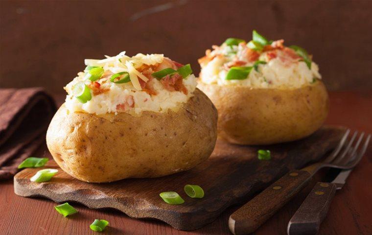 Γεμιστές πατάτες στο φούρνο με πιπεριές φλωρίνης και γαλοπούλα