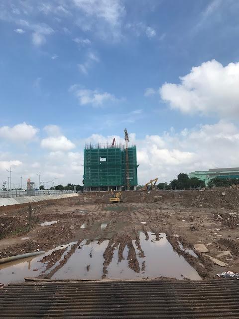 Nhà thầu thi công đang tiến hành san đất để chuẩn bị làm móng và tầng hầm tòa Park 1 2 3