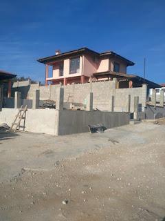 """Огради,подпорни стени,пътеки,фундаменти. Строителна фирма """"Лидер Варна"""" (строителни бригади) строителство строеж изграждане на къщи,вили,гаражи,подпорни стени,фундаменти,огради,басейни,трафопост,покриви и много други-Лидер Варна се занимава с Кофраж, арматура, бетон, земни работи, зидария, подпорни стени, огради,къщи и др.Договор за гаранция за фирми и за частни лица за строеж."""