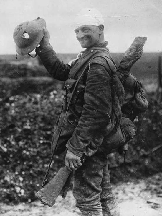 Soldado mostrando cómo el casco le salvó la vida