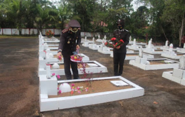 Peringati Hari Bhayangkara ke-75, Polres Sanggau Gelar Upacara Ziarah Rombongan dan Tabur Bunga di TMP Patriot Bangsa
