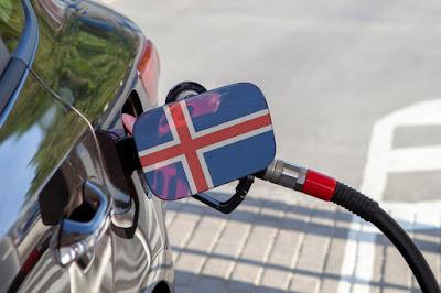 coche repostando en Islandia