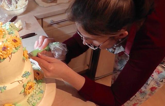 Sommerliche Tiramisu-Torte mit Blüten aus Buttercreme: Sonnenblumen, Rosen, Hortensien, Himmelsschlüssel und Vergissmeinnicht - Videotutorial, Sugarprincess bei der Arbeit