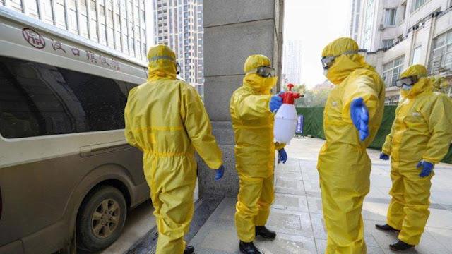Đại dịch ở Trung Quốc ngày càng bi thảm: Thi thể không có người đi thu nhặt đành phải vứt bỏ ra ngoài cửa nhà