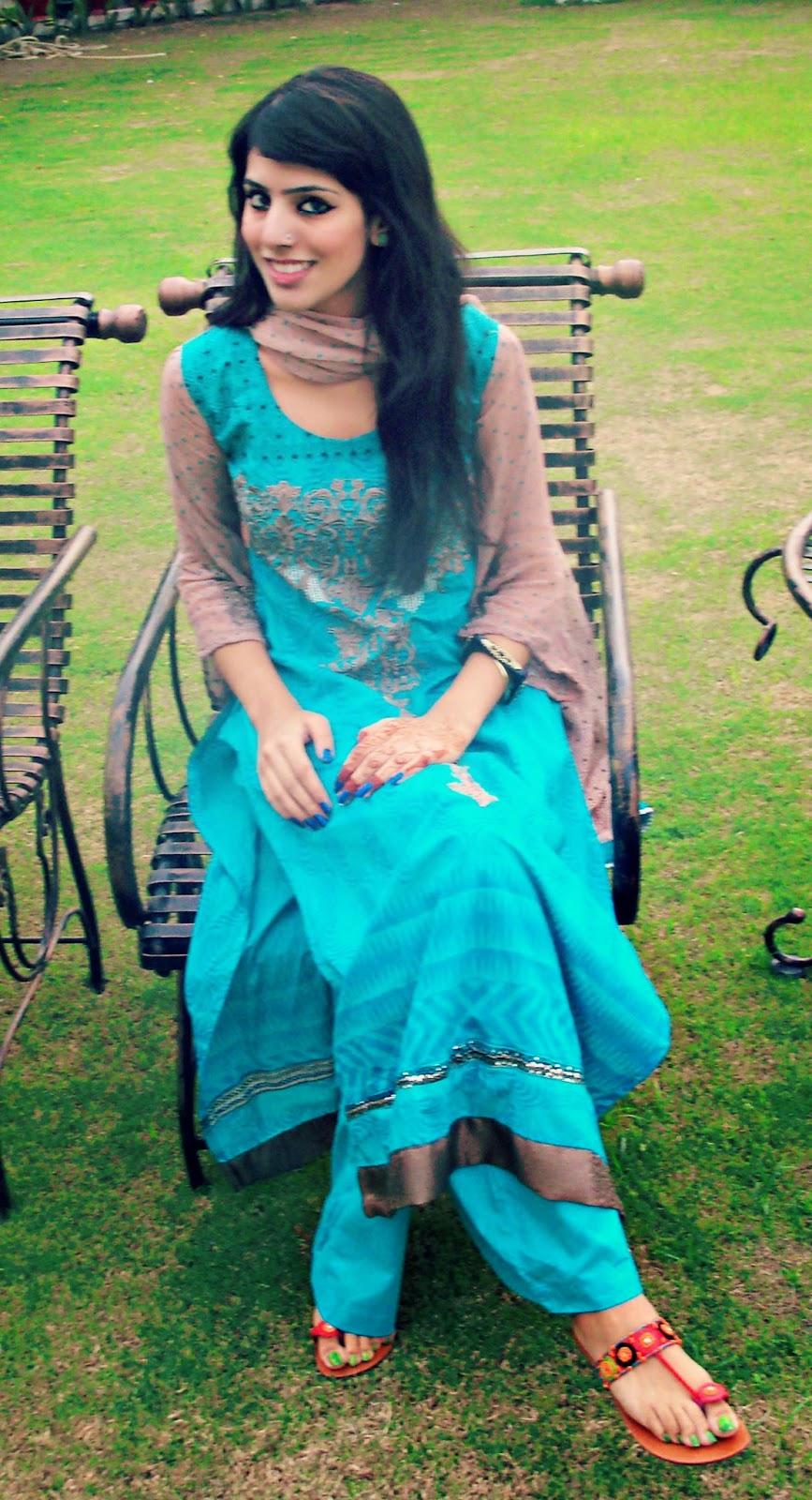 Desi Azad Kashmir Pretty Girls In Black Saree Full Hd -9695