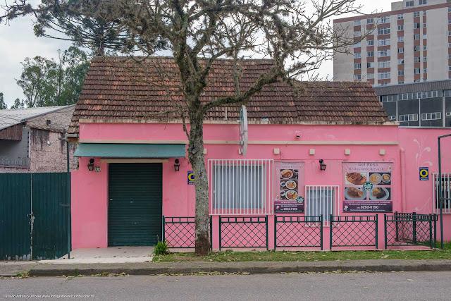 Uma casa pintada de rosa