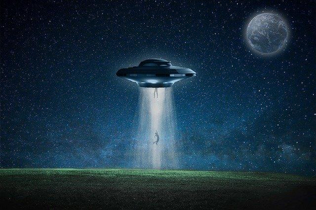 UFO yang sedang berkeliaran ditengah malam