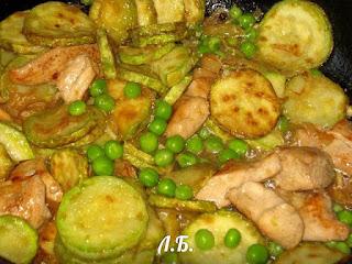 обжариваем вместе все овощи с курицей