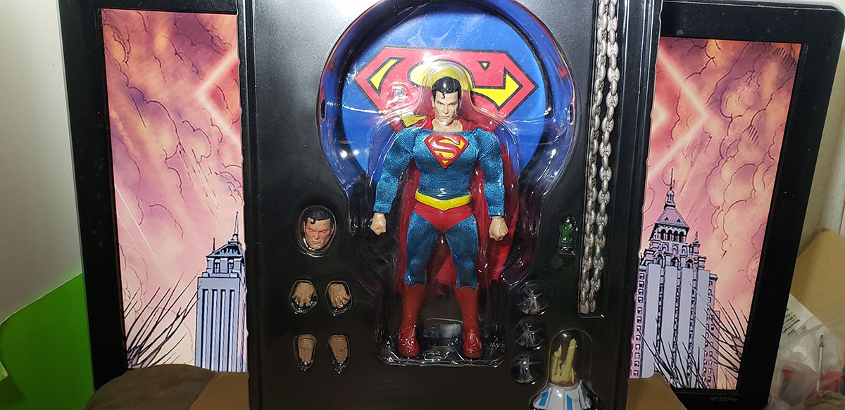 superman - Mezco Classic Superman (Review) 02-tray