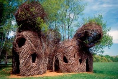 Escultura con ramas.