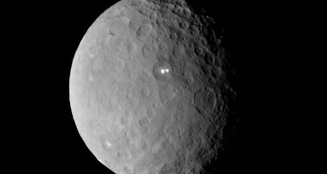 El planeta enano Ceres y sus misteriosas manchas brillantes que cambian de intensidad de manera aleatoria.