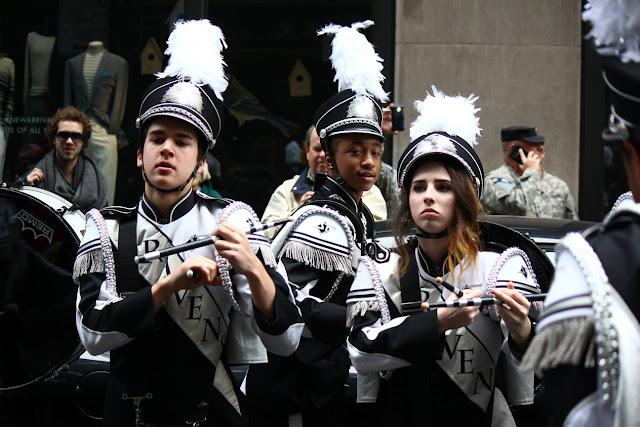 grupo de banda de musica  defilando en el Día de San Patricio en la ciudad de Nueva York