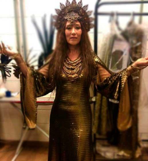 Rainha Jaluzi com vestido dourado e coroa