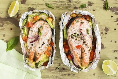 Citromos lazac vele sült, fűszeres zöldségekkel: villámgyorsan elkészül