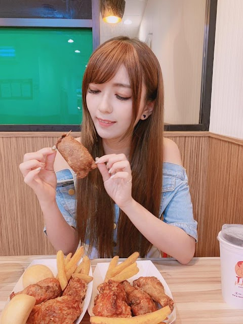 Eating TKK fried chicken with pretty Taiwan local girl [9pics]