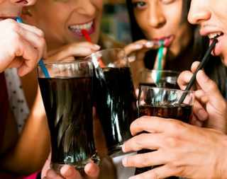 kola içmek gazlı içecekler