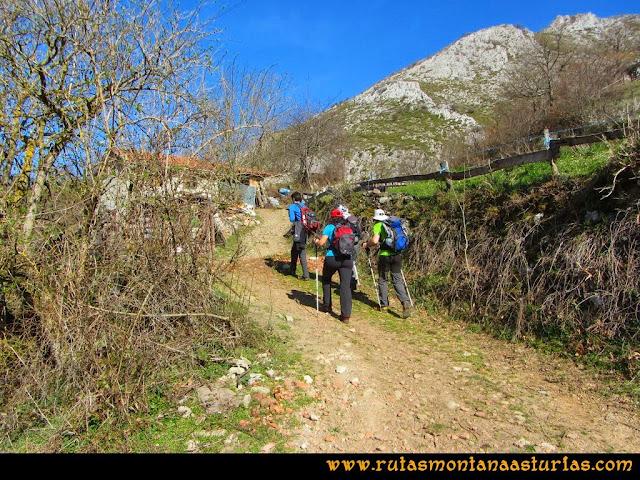 Ruta Requexón Valdunes, la Senda: Por buen camino, en el primer cruce, nos vamos a la izquierda hacia una pequeña cabaña.