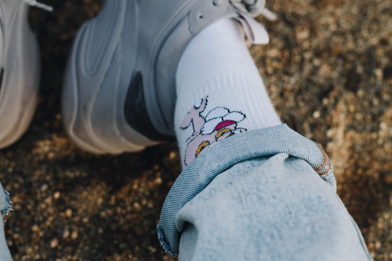 As for my outfit - I have the most adorable socks ever, right? I'm a 90s baby and I grew up watching Pink Panther, my favorite childhood cartoons. Unfortunately I don't have a direct link, but I bought these socks a few years ago on ebay. I put together some chunky sneakers alluding to the 90s with my acid wash mom jeans + this basic sweatshirt from Femme Luxe - soft, warm, and BAM, this is a look inspired on the nineties. I believe that these denim jeans are what makes you think immediately at that time period - 80s / 90s, in fact.